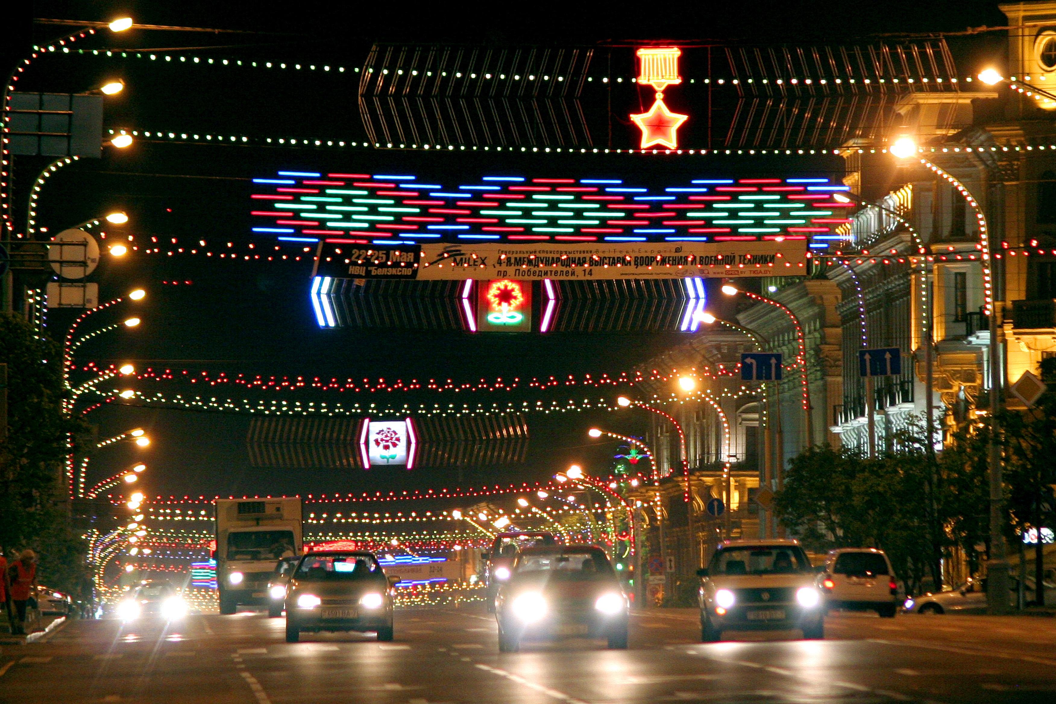 Sutemos centrinės Minsko gatvės ir pastatai įspūdingai apšviečiami. (K. Žukausko nuotr.)